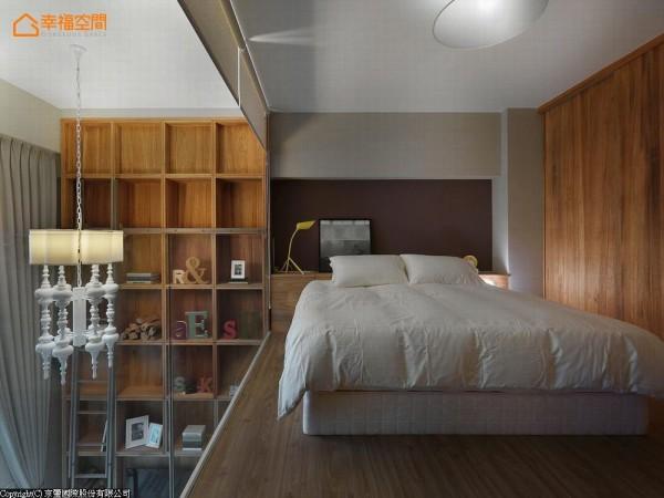 为创造卧眠区的安定,面采光及玻璃隔墙处备有拉帘。