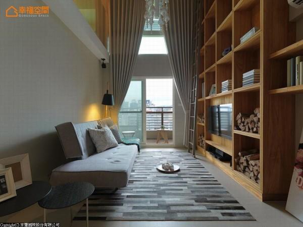 大面的采光优势,由天花垂至地面的大片窗帘拉高空间尺度。