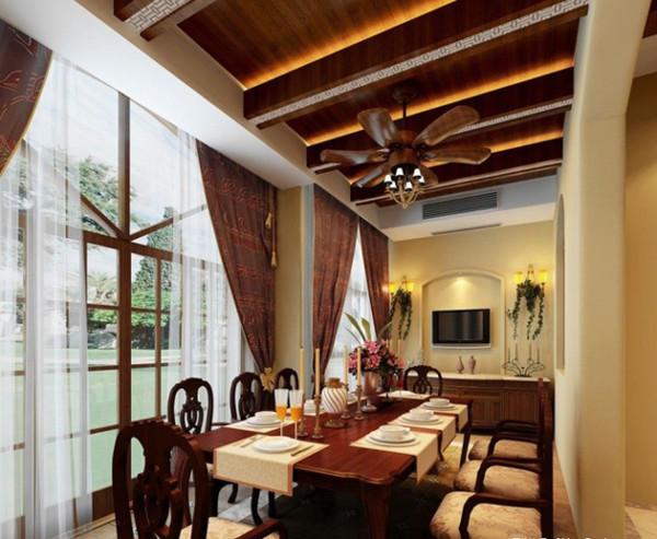 长形的餐厅空间有一种大家族式的氛围。