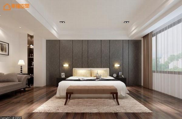 壁纸包板在纵向的线条层次间将床头主墙对称处里,床铺左方的空间摆置舒适的沙发,并利用畸零收纳规划小型书架。 (此为3D合成示意图)