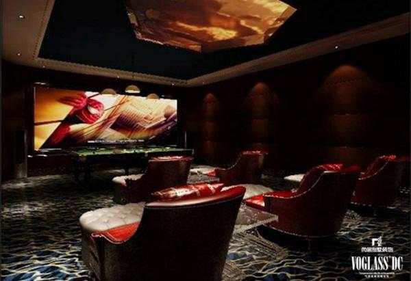 当时注重生活品质的主人怎么会忘记家庭影院的设置呢,几把舒适的火红色椅子安置在影院的中间,描绘风景的天花板装饰与仿石材的地面,如临其境,让人不自禁的投入到影片的场景中,享受一场具有冲击力的视觉盛宴!