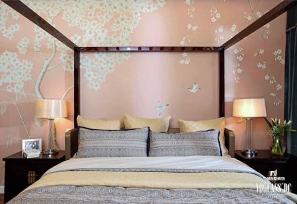 卧室里的壁纸以暖色为主,四柱式中式床的背面是粉色的壁画,绘制中式壁画,飞舞的喜鹊唧唧喳喳,貌似在提醒主人保持快乐的心情。