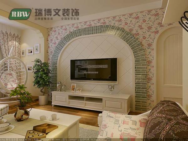 碎花、条纹、图案是田园风格家具的永恒的主调,本案例电视墙采用竹子图案及碎花使其更接近自然,白色作为主色调使整个空间越发的亮。