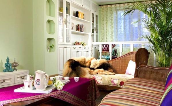 厅是家人或朋友聚集的地方,所以设在入门旁边。把更好的阳光留给更需要的书房客厅与书房之间只有半边欧式小阶梯相隔,书房设在靠窗的地方,这样光线更加充足,视野也会更加开阔对面罗汉床的布置。