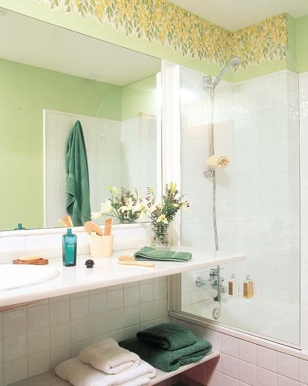 绿色与白色瓷砖构成的墙面,能从视觉上缓和疲劳情绪,彩绘有植物图案的墙顶让卫生间显得美观,并富有田园气息