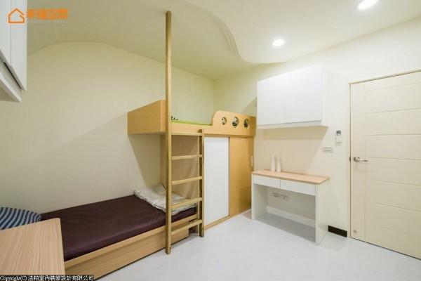 上下床架的设计增添趣味感,设计师并以整根南方松作为支架,细腻考虑上铺女儿的安全与使用性。