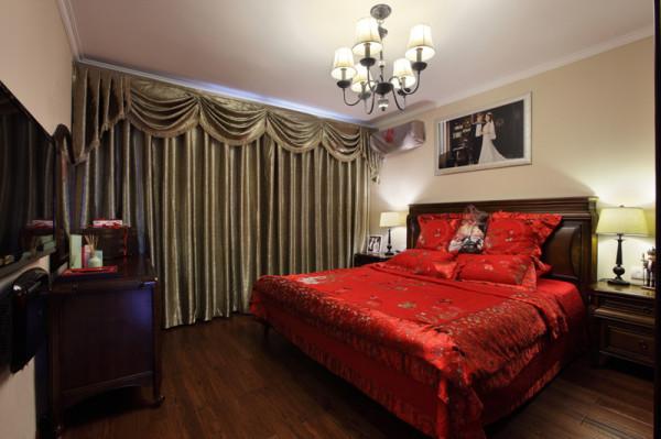 主卧室的家具配置为实木家具整体色系偏重,婚房红色的床单体现出喜气,跳脱出深色家具的凝重。