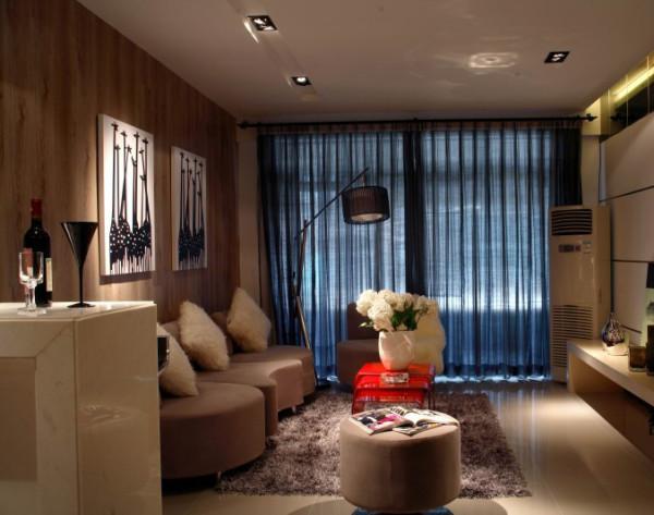 客厅空间不算大,但是布置的简单利落,不显拥挤,整个沙发背景墙用充满肌理感的木质地板装饰,瞬间与众不同。