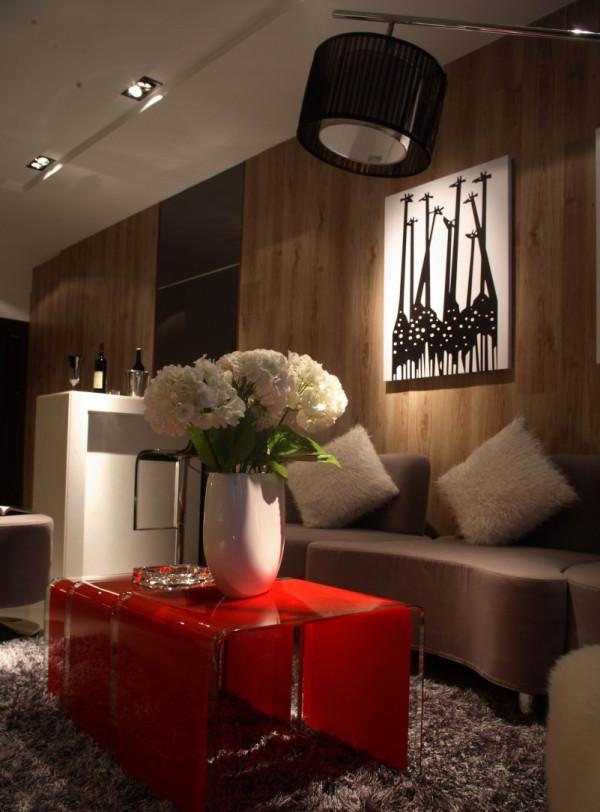 整个客厅空间设计没有过多的色彩与华丽的装饰,沙发、茶几、地毯,使之时尚、沉稳而又别具一格。