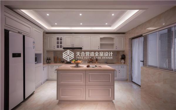 厨房主要要给人干净,简洁的感觉,柜体主要选择了白色色调,墙壁瓷砖的颜色也是浅色系与柜体相协调,美式风格厨房独有的操作台,给人有一种享受做饭这个过程的感受!