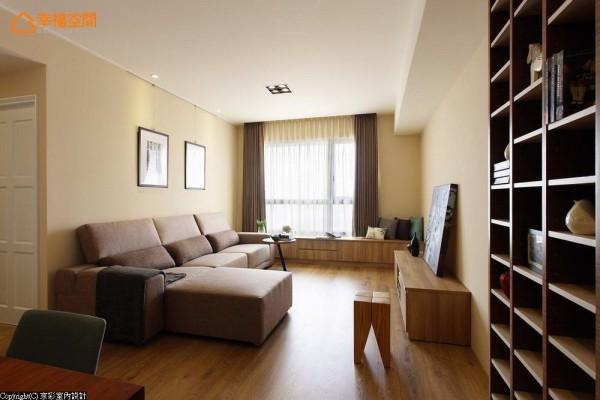 厅区主墙和沙发背墙以暖黄色调的情境酝酿,搭配着款式利落的灰色系沙发组,逐一描绘空间当中的安定性格。