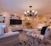 设计理念:客厅整体突显出一种简洁明快之感,电视背景墙运用隔板的设计,在配以带有古典气息的吊灯,使得整个空间有光影之舞。