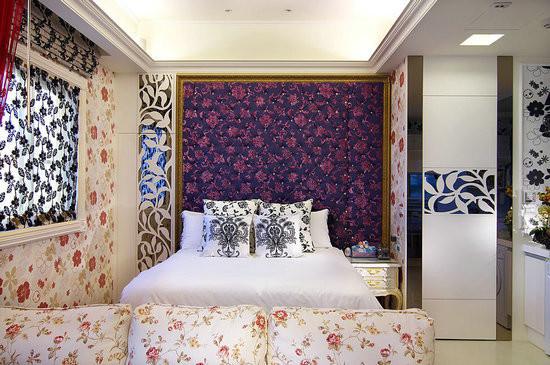 睡眠区旁,隐藏在雕花门片之后的卫浴空间,黑白配色加上意大利设计师的手工限量磁砖,陈述女性柔和却又刚毅的张力……