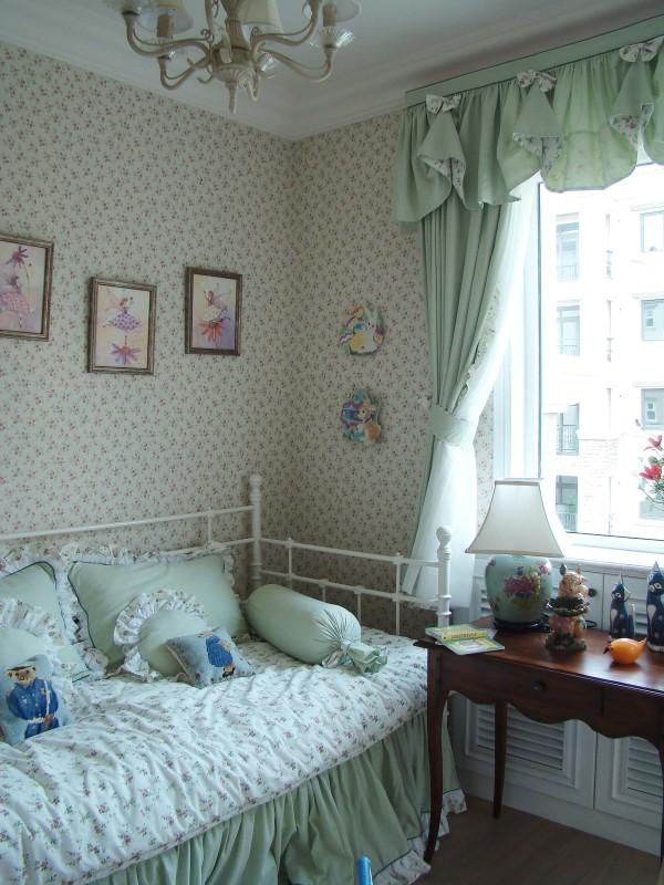 儿童房的设计强调舒适和温馨,小清新的软装布置使得整个房间看起来特别有活力!学龄儿童的书桌,采光好,简洁又方便!