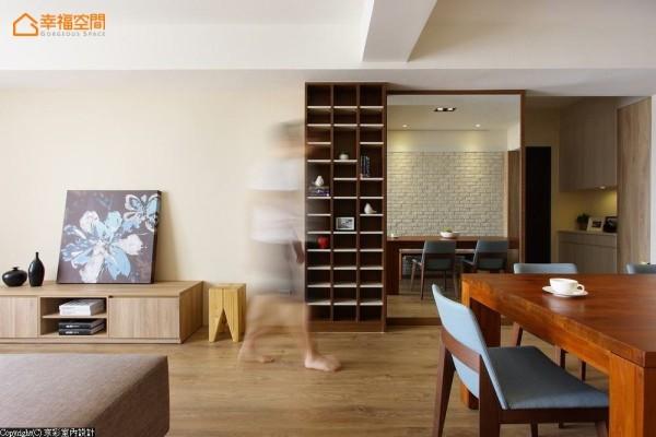 考虑男主人多达500余张的专辑收藏,以开架式高柜穿插浅色层板,提供完整的收纳基础,却不显得丝毫压迫。以木料收框的大面明镜,让从事网拍的女主人,能够在家轻松完成商品拍摄。