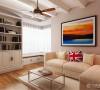功能设计上多采用整体、隐藏的手法,如入户的储物柜采用嵌入墙体的设计,与整体空间融在一起。客厅的收纳功能包含收纳与展示,电视墙的壁炉台和上部的搁板可排放一些喜爱的收藏品。