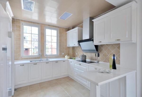 白色的橱柜和白色大理石台面相搭配,浅淡的色彩、洁净的清爽感,让厨房空间保留了原始的质感,体现了北欧风格的特点;