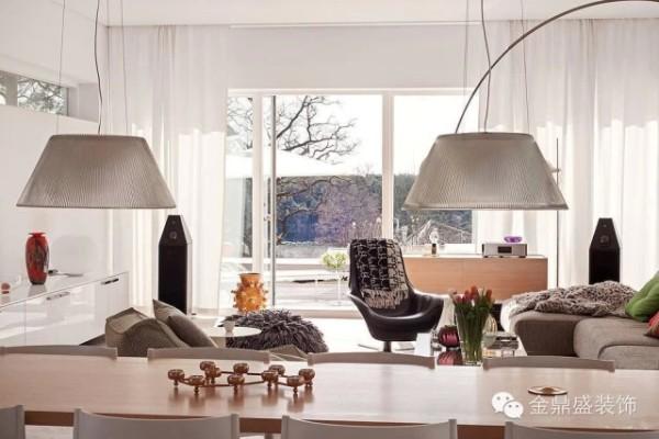 餐厅对面的落地窗可欣赏湖畔美景令人用餐时胃口大开 。