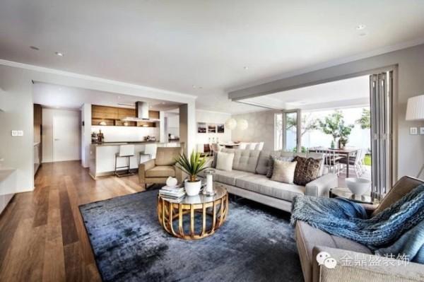 【别墅客厅装修效果图】宽敞通透的感觉,是现代简约风格的魅力之一。木质茶几清新自然,弧线的运用带来一种圆润感,镂空的设计很别致。蓝色的扎染地毯,使得整个空间多了些灵动感。
