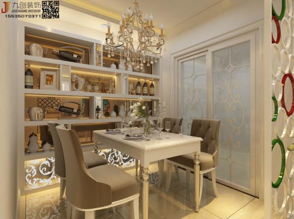 餐厅比较豪华,设计师在主人的观点上设计用了欧式家具,