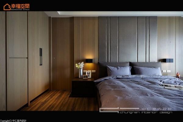 主卧房内深色系的绷布床头,衬上橡木肌理于私密中安定着卧眠心绪。