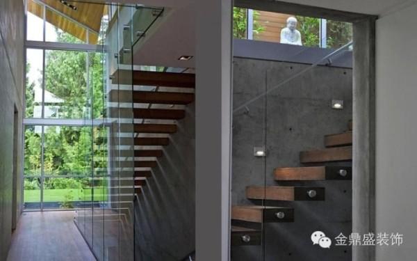 【宁静的现代森林私家住宅-楼梯】如此原生态的居所楼梯自然也要原生态,选用优质的木料制成的阶梯与玻璃扶手演绎出奇妙的视觉魔术,仿佛是在石质墙壁上特意铺设而成。