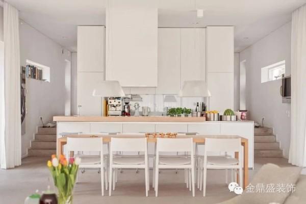 厨房与餐厅看起来就像是一个整体,白色与木色点缀着绿色使空间格外清新。