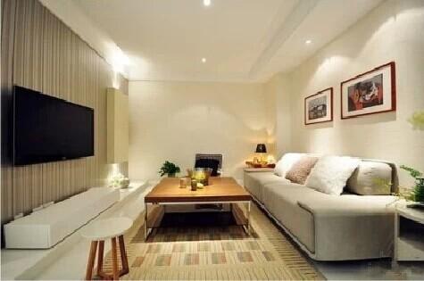 客厅简单的吊顶,几盏射灯凸显客厅的大气