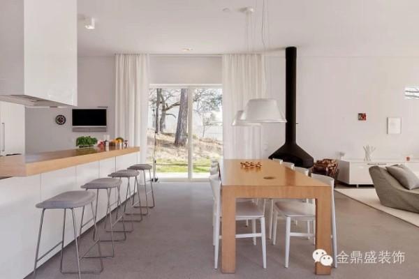 原木色餐桌,白色餐椅与吊灯简约而灵动。