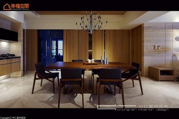餐厅大画面处,可以见到黑玻穿透、镀钛金属反射,以及钢刷橡木的暗门设计,虚实之间收整了多动线的切割与存在。
