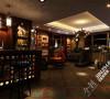 负一层用来做影音室兼酒吧是不错的选择,由于负一层的采光不是很好,所以在这里灯光会使用到很多。这恰恰会利用灯光给这里营造出一种宁静的氛围。