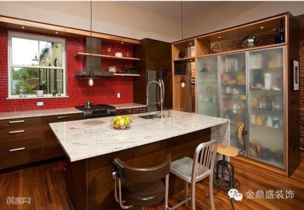 白色的大理石台面,使得厨房更加干净、整齐,也便于清理。橱柜嵌入了半透明的磨砂玻璃,方便了人们迅速找到厨房用品,也制造出一种朦胧感。