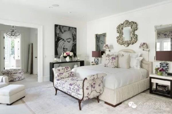 卧室以白色为主色调,干净而整洁。卧塌、抱枕以紫梅为图案,象征紫气东来,清秀而雅致。