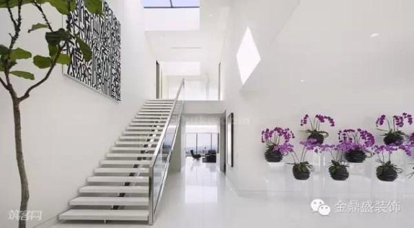 楼梯的顶部也设计了天窗,让这个空间全天保持明亮。