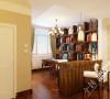 多使用了实木材质,简洁大方的书架很显一种大气粗犷个感觉,把它使用在书房里,彰显出主人的宽广的胸怀。加上墙上几幅前卫的油画,给整个书房营造出一个宁静舒适的阅读环境。