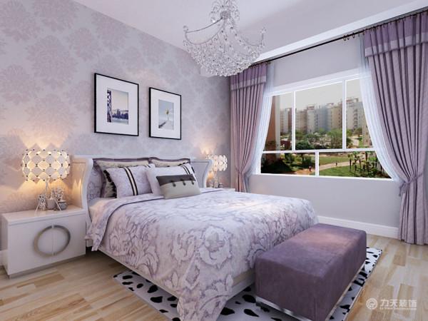 主卧空间,延续了紫色调,紫色的暗纹壁纸搭配淡紫色的床品窗帘,整个空间温馨典雅