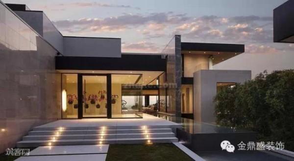 这个别墅的四周利用大量的落地玻璃窗,让人的视线可以穿透空间。