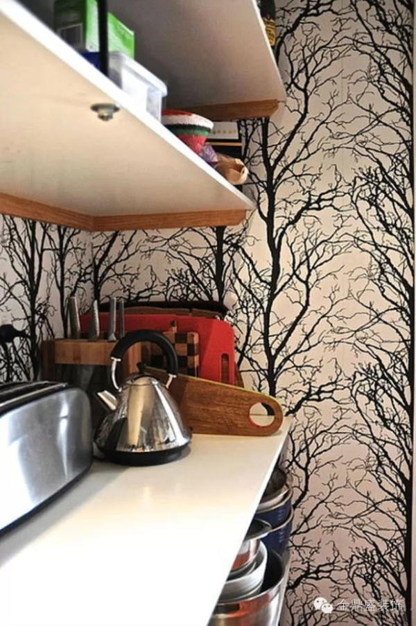 墙壁上用树枝一样的线条来装饰,让这面墙壁从颜色、线条元素都激烈地撞在一起,形成了强烈地艺术感。为了平衡这种视觉刺激,为了突出这种刺激,桌板的设计就采用了