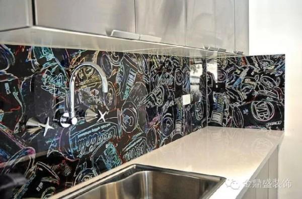 这个黑底涂鸦的彩色笔触,搭配银色的厨房橱柜,空间充满了街头艺术的风味。