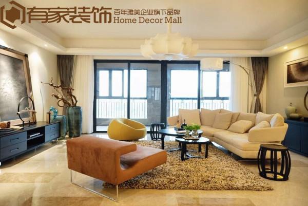 以素净高雅的米色为主调,使得客厅布置优雅简约,再配以具肌理感的浅咖色地毯,配合黑色宜家造型的茶几,为大宅奠下雅致时尚的格调。