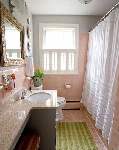 浅粉红色或近似肉色令你放松,觉得愉快。但应注意不要选择绿色,以避免从墙上反射的光线,会使人照镜子时觉得自己面如菜色而心情不愉快。