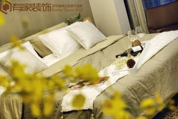 配合宽敞明亮的落地玻璃窗,增强睡房的实用性和通透感。
