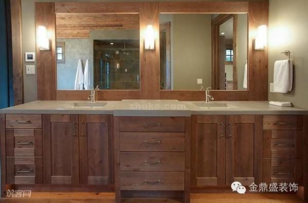 浴室镜的墙面安装上了壁灯,是卫生间的主要光源,安装位置正是卫生间最需要照明的地方。
