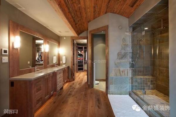 卫生间的吊顶分割成两个不同的区域,增强天花的层次感。卫生间的淋浴区域,墙面和地面铺贴了自然纹理的瓷砖,既能起到装饰作用,又能便于晾干和清洗。