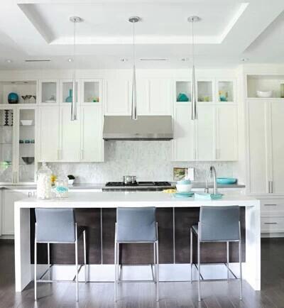 鲜艳的黄、红、蓝及绿色都是快乐的厨房颜色,而厨房的颜色越多,家庭主妇便会觉得时间越容易打发。乳白色的厨房看上去清洁卫生,但是别让带绿的黄色出现。