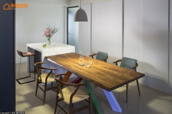 中岛吧台结合餐桌的配置,提供更多元的使用可能;与厨房以雾面拉门相隔,一侧立面以凹凸的立体层次设计,并将预留的儿童房藏入立面。