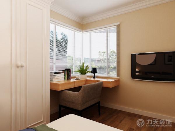 室内的色彩选用的软色舒适的家具呼应,狭小的空间不再显得压抑,营造出舒适温暖的家。主人喜欢阅读,所以在卧室中沿窗做了L形的书桌台,材料为浅色木,在桌上放置绿植,将自然的感觉引入室内