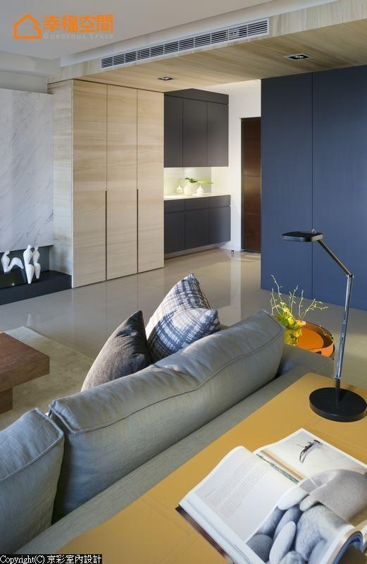 原先格局缺乏明确独立的玄关段落,设计者利用深蓝色的隔间规划隐藏的储物空间,创造完整的段落转折。