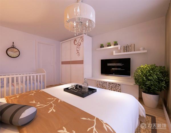 卧室整体温馨舒适,床头背景以壁纸和挂画的形式,配以白色的家具加上大飘窗充足的采光使床头增加活力。让卧室更加魅力