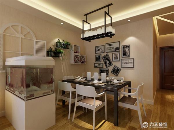餐区这一块没什么造型主要以照片墙为主。装饰品和画、绿植是起点缀作用,整个起居室是以暖色为主。